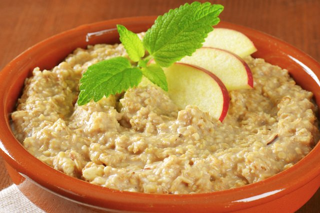 Oatmeal With Sliced Apples